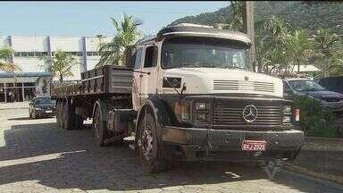 Polícia prende acusados de roubo de carga, em Mongaguá, SP - A polícia predeu acusados de participar de um roubo de um caminhão na noite da última terça-feira (19), na rodovia Anchieta, em Cubatão. Os suspeitos foram encontrados em Mongaguá, no litoral de São Paulo.