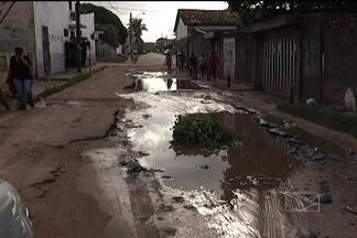 Moradores do Anil reclamam dos problemas nas ruas do bairro - Usuários de ônibus têm que andar mais para sair ou chegar em casa de ônibus depois que algumas linhas mudaram o trajeto para desviar dos trechos mais acidentados.