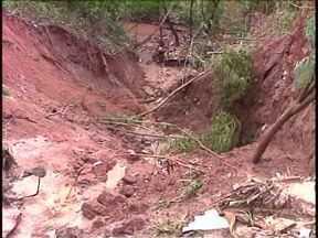 Casas correm risco de desabamento por causa de uma cratera no Jd. Maringá, em Paranavaí - Uma moradora ligou para o ParanáTv e pediu para mostrar a situação.