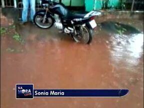 Telespectadora manda vídeo de alagamento na rua Dracena em Foz do Iguaçu - Toda a vez que chove, o bueiro não vence escoar a água.