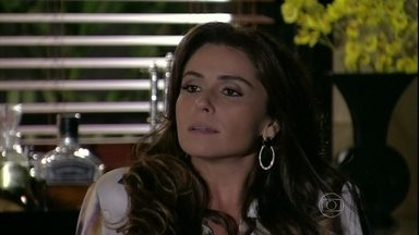 Helô desconfia de Wanda e decide seguir pista de Lívia - Jô entrega para a delegada a cópia da denúncia que a mãe de Jéssica fez quando ela desapareceu