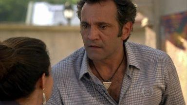 Zyah encontra Morena - Berna questiona Mustafa. Ele se irrita, mas contorna a situação sem dar informação alguma