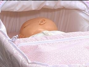 Bebês não devem dormir de bruços - A cardiologista Denise Hachul recomenda deixar a cabeça da criança um pouquinho mais alta, com um travesseiro. Esta posição previne que o bebê sofra morte súbita por sufocamento.