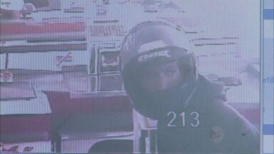 Polícia divulga imagens de assalto em supermercado de Franca, SP - Dois ladrões renderam funcionária e roubaram dinheiro do caixa.