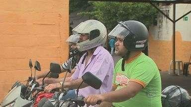 Motociclista que dirigir com a viseira levantada pode ser multado - Motociclistas que dirigirem com a viseira do capacete levantada podem ser multados. O hábito comum é o equivalente a dirigir sem capacete.