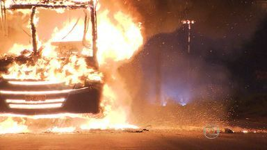 Ônibus é queimado durante a madrugada no Anel Rodoviário de Belo Horizonte - A polícia chegou a investigar se o crime tinha relação com a rebelião na Penitenciária Nelson Hungria, em Contagem, que já acontece há dois dias.