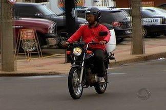 Fiscalização orienta mototaxistas sobre mudanças na lei - As multas para mototaxistas e motofretistas que não cumprirem as novas regras de trânsito devem ser aplicadas a partir do dia 4 de março em Campo Grande. Por enquanto, a fiscalização tem caráter informativo.