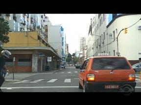 Motociclista e taxista brigam no trânsito de Porto Alegre - RBS TV flagrou o desentendimento.