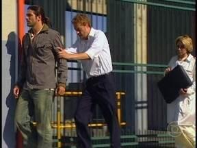 Tony, Bárbara e Paco fogem de carro até o heliporto - A polícia vai atrás. Tony obriga Paco a pilotar o helicóptero