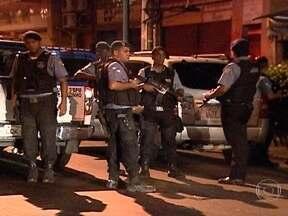 Policial fica ferido após troca de tiros com bandidos - Após um policial ficar ferido durante uma troca de tiros com bandidos na comunidade da Vila Cruzeiro, o policiamento no local está reforçado. A troca de tiros aconteceu na madrugada desta sexta-feira (22), na Zona Norte do Rio de Janeiro.