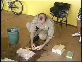 Polícia apreende droga em tanque de combustível na BR-153 em Ourinhos, SP - O motorista foi parado na Rodovia BR-153, em Ourinhos, SP. Em depoimento, o suspeito disse que o entorpecente foi carregado na cidade de Medianeira, no Paraná, e seria entregue no Rio de Janeiro.