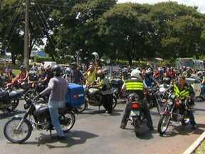 Motociclistas fazem protesto no centro de Brasília - Os motoboys fecharam várias vias na hora do almoço. Os manifestantes reclamaram que não tiveram tempo para se adequar à nova lei, que obriga o uso de adesivos reflexivos e antenas corta-pipa. Houve confusão por causa do engarrafamento.
