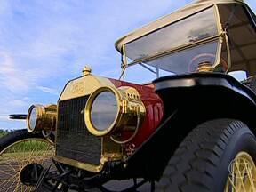 Corrida de calhambeques mostra características dos carros antigos - A corrida por inovações não para. E isso pode ser percebido até quando se volta no tempo. Há novidades até em uma corrida de calhambeques.