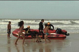 Jovem desaparece na Praia do Calhau, em São Luís - Segundo testemunhas, um jovem de 17 anos, foi levado pela correnteza quando tomava banho no mar da Praia do Calhau, em São Luís, e está desaparecido.