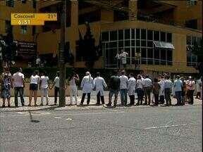 Funcionários e pacientes abraçam Hospital Evangélico - A unidade de saúde vive uma crise com as denúncias seguidas.