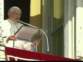 Papa Bento XVI celebra a última Hora do Angelus - Mais de cem mil pessoas acompanharam a última Hora do Angelus do Papa Bento XVI. Em uma linguagem metafórica, ele disse que vai subir a montanha, mas que isso não significaria abandonar a ireja. Bento XVI já está ciente da denúncia.
