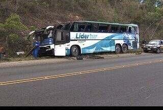 Mais de 45 turistas da Bahia se acidentam em rodovia federal em Sergipe - Um ônibus com turistas da Bahia tombou na BR 101, próximo ao municipio de Areia Branca (SE) na manhã deste domingo (24). Um idosa morreu e outras 45 ficaram feridas.