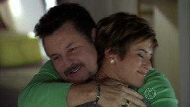 Mustafa tenta consolar Aisha sobre exame de DNA - O pai acaba conseguindo acalmar o coração da filha