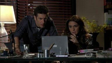 Helô vê a foto que Morena mandou e avisa a Ricardo - Ele aconselha a delegada a tomar cuidado com Wanda. Os dois decidem investigar a boate na Turquia