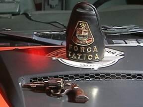 Policial militar sofre tentativa de assalto em Santo André (SP) - Um policial militar sofreu uma tentativa de assalto na noite de quarta-feira (27), em Santo André, e baleou um dos bandidos. O PM e a mulher estavam de moto, chegando em casa, quando foram abordados por dois criminosos.