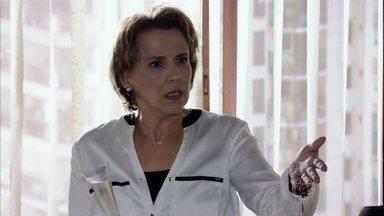 Rachel conta para Lívia que ela e Helô perseguiram Wanda pelo shopping - A vilã comemora a vitória no processo que moveu contra Théo