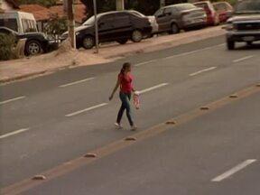 Pedestres arriscam a vida atravessando rodovias em Teresina - Pedestres não usam passarelas e índice de acidente aumenta no local.Se não usar passarela pedestre poderá ser multado, diz inspetor.