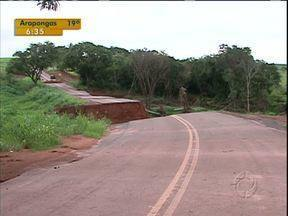 Moradores estão quase isolados em cidade do interior do Paraná. - Duas pontes da região caíram no fim do ano passado e ainda não foram recuperadas. Moradores só chegam em Itaguajé por um desvio.