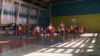 Quadrilhas ensaiam para concurso junino - As apresentações só ocorrem no mês de junho, mas quem quer ser campeão não para de ensaiar para fazer bonito nos concursos.