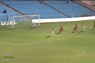 Luiz Henrique marca contra o Balsas - O atacante do São José-MA contou com um desvio da zaga rival para encobrir o goleiro e marcar para o Peixe Pedra