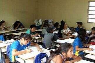 Salas de aula são improvisadas em galpões em aldeia indígena de Dourados - Cerca de 80 crianças indígenas da aldeia Jaguapiru, em Dourados, enfrentam dificuldades para ter direito à educação. Desde o ano passado, elas estão sem sala de aula e passaram a estudar em galpões.