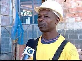 Haitianos são contratados devido à falta de mão de obra em Uberaba, MG - Haitianos ocupam postos em aberto, principalmente, na construção civil. Eles têm mesmos direitos trabalhistas de brasileiros e moradia por 6 meses.