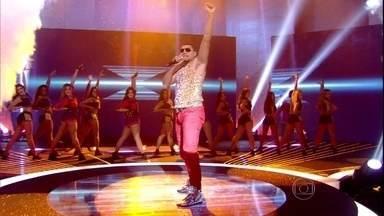 Naldo canta 'Amor de Chocolate', uma das três músicas indicadas ao 'Melhores' - Em cima e por todos os lados, cantor agitou a platéia do Domingão