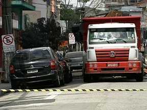 Conserto em rede de gás provoca vazamento na Rua dos Pinheiros - Um vazamento de gás na Rua dos Pinheiros, na Zona Oeste de São Paulo, assustou os moradores na tarde de domingo (3). A rede de gás foi danificada durante obras de conserto de uma tubulação de esgoto da Sabesp.