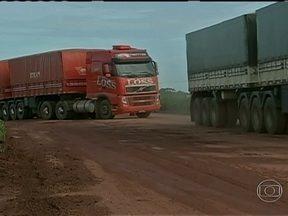 Agricultores de Mato Grosso têm dificuldades para levar a soja e o milho até os portos - As máquinas estão no campo. A hora é de colher a super safra de soja e milho. Em Mato Grosso, são 39 milhões de toneladas. Para os produtores, junto com a colheita começa também a hora da preocupação. Faltam armazéns para estocar toda a produção.