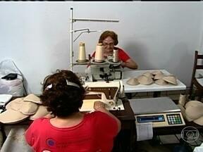Após passar por um câncer, mulher funda ONG que fabrica próteses de mama - De uma experiência difícil, Vera Emília Teruel criou, em São Paulo, um projeto social para ajudar outras mulheres a enfrentar o câncer de mama. A fábrica de próteses é um sucesso e ajuda muitas pacientes.