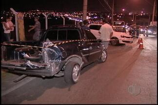 Acidente de trânsito no distrito de Brás Cubas, em Mogi das Cruzes, deixa três feridos - Um acidente na Avenida Francisco Ferreira Lopes, no distrito de Brás Cubas, em Mogi das Cruzes, deixou três feridos. A colisão de dois carros foi na noite desta quinta-feira (7), na altura da Vila Jundiaí.