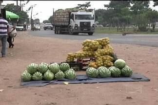 Vendedores ambulantes ocupam as margens da BR-010, em Imperatriz - Vendedores ambulantes ocupam as margens da BR-010, em Imperatriz. Mesmo desrespeitando a legislação, eles insistem em vender frutas para os motoristas que trafegam pelo local.