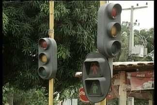 Semáforos instalados no centro comercial de Açailândia são alvo de reclamações - Sem funcionar direito, os semáforos instalados no centro comercial de Açailândia são alvo de reclamações de motoristas e pedestres e têm favorecido as infrações no trânsito.