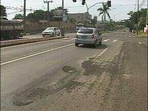 Tapa-buracos não resolve e ruas de Foz do Iguaçu continuam esburacadas - A prefeitura anunciou que não iria fazer uma operação tapa-buracos até o fim do prazo da moratória. Mas foram tantas reclamações, que a Secretaria de Obras decidiu fazer um aditivo de contrato de 36 mil reais pra uma operação emergencial.