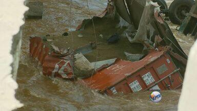 Mandado de segurança permite retirada de carreta que caiu em rio em Varginha - Mandado de segurança permite retirada de carreta que caiu em rio em Varginha