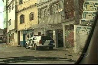 Mulher é atingida por tiro na cabeça durante briga de traficantes, em Vitória - Jovem havia saído de casa, em São Benedito, para ir ao trabalho.