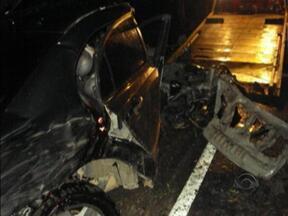 Após colisão, carro fica destruído e passageiros têm ferimentos leves - Após colisão, carro fica destruído e passageiros têm ferimentos leves.