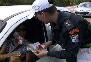 Mulheres são homenageadas no dia Internacional da mulher, em SE - Mulheres receberam flores no trânsito.