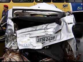 Cinco pessoas ficam feridas em acidente na BR-365 em Uberlândia, MG - Dois carros e um ônibus se envolveram na batida. Segundo bombeiros, vítimas não correm risco de morte.