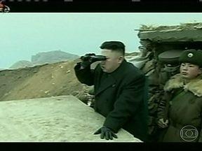 Ditador norte-coreano tem recepção de ídolo - Kim Jong-Un visitou dois postos militares perto da fronteira com a Coreia do Sul. Inspecionou trincheiras e espiou o inimigo à distancia.