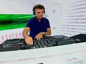 Piloto Raul Boesel vira DJ no AutoEsporte - O piloto Raul Boesel é o convidado do Auto Esporte. Ele já foi campeão mundial de Marcas, já passou pela Fórmula 1, Stock Car e outras categorias. Mas a função desse sábado (10) foi escolher a trilha sonora do programa.