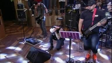 Tico Santa Cruz se junta a Raimundos em homenagem a Chorão - Cantor e banda tocam com o sucesso 'Lugar ao sol'