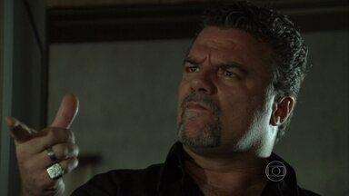 Russo questiona Demir sobre seu interesse por Waleska - O marido de Tamar diz que gostou da brasileira e afirma que foi à boate para encontrar Adam. Russo obriga Demir a sair com uma das moças