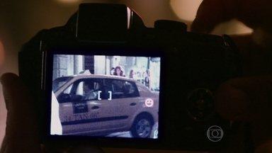 Wanda é fotografada por um informante da Polícia Federal - Ricardo mostra a fotografia da traficante saindo da boate em Istambul para Helô