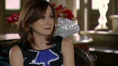 Berna aconselha Lívia a se afastar de Wanda - Sem saber que as duas são comparsas, ela conta que Wanda usa uma identidade falsa para prejudicar as pessoas